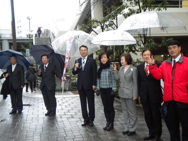 豊中市 成人の日記念式典前に公明党豊中市議会議員団が新成人をお迎えする立礼
