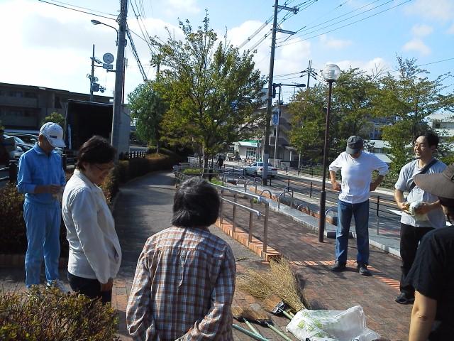 柴原町、宮山町のボランティアグループ「ハッピーフィールド」の皆様と、歩道の清掃活動