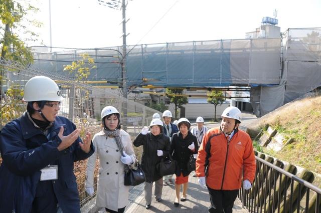 「服部跨道橋」の修繕工事現場を視察