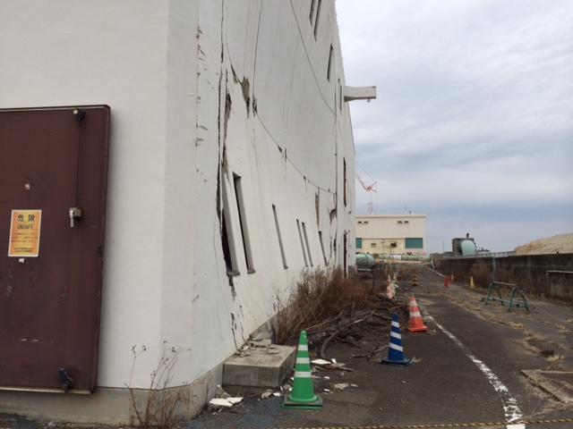 仙台市南蒲生浄化センター津波で壁面が凹んだ主・ポンプ棟